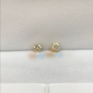1/2 carat total weight diamond stud earrings